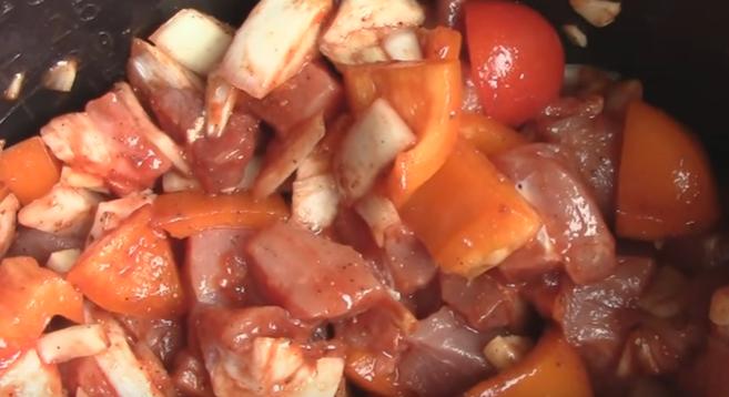 Гуляш из свинины с подливкой с помидорами рецепт с пошагово