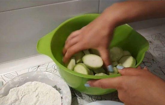 Кабачки в кляре на сковороде с чесноком — Топ 5 пошаговых рецептов